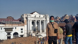 Bertugas di Nepal saat gempa bumi mengguncang negara itu